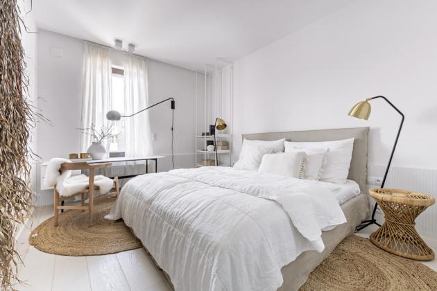 Ložnici s čalouněným lůžkem (Flexteam) doplňuje pod oknem úzký pracovní stůl s praktickými zásuvkami, navrženýnamíru Martinem Frankem. Zajišťuje příjemné pracovní prostředí studentovi, supluje také důstojné místo domácí pracovny a podle potřeby nahradí i kosmetický stolek. Židli je možné využít také v jídelně u kulatého stolu. K osvětlení lůžka slouží podlahové lampy se zlatými širmy (Pols Potten). Pozici pracovny posiluje praktická knihovna, která však působí velmi odlehčeně a ložnici nijak nezatěžuje