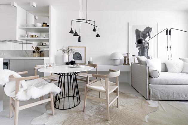 Nábytek je zhotoven z kombinace frézované, bíle lakované dubové dýhy a MDf desky. interiér osvětlují přisazené reflektory (Wever Ducré) a lampy (Hübsch, Menu a Pols Potten)