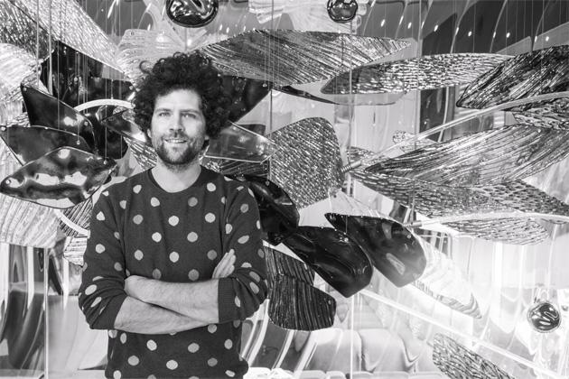 MAXIM VELČOVSKÝ  Charismatický designér s kořeny v uměleckém prostředí patří k nejvýraznějším osobnostem, jejichž tvorba se prosadila i v mezinárodním měřítku. Vede ateliér keramiky a porcelánu na VŠUP v Praze, současně je i uměleckým ředitelem společnosti Lasvit a úspěšně tvoří i sám. Jeho práce jsou zařazeny v mnoha muzejních sbírkách doma i ve světě.