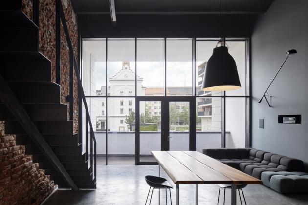 Velkorysá pohovka Tufty-Time odB&B Italia doslova zapadá dovzdušného otevřeného prostoru obývací části