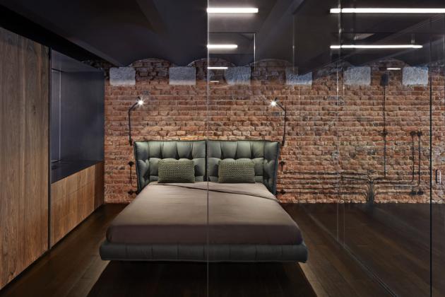 Ložnice jednoduše vybavená dvoulůžkovou postelí Husk odvýrobce BB Italia přímo vyzývá kechvílím nerušeného odpočinku
