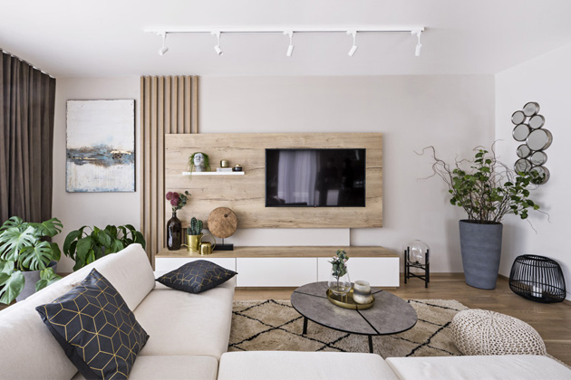 Výhodou studia Casamoderna je široká škála sortimentu. Dokáže oslovit zákazníky vmnoha cenových kategoriích. Vpřípadě tohoto interiéru David Šesták stýmem pracovali scenovou hladinou tak, že zvolili osvědčené druhy lamina, které mají dokonalou povrchovou úpravu dřevo vkombinaci slakovanými povrchy vnadčasovém bílém odstínu