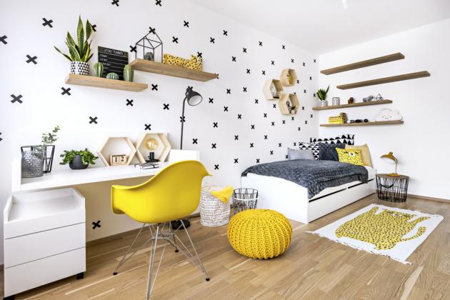 Výrazné barevné dekorace napříč všemi pokoji jsou snadno demontovatelné avyměnitelné. Jádro, tedy stěžejní nábytek, byl vyroben vnadčasových barvách