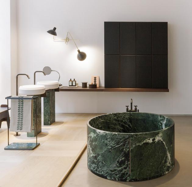 Volně stojící vana In-Out (Agape), design Benedini Associati, zelený mramor Alpi, více druhů mramoru, lepená zvíce komponentů,  129,4 × 59cm, cena nadotaz,  www.agapedesign.it.