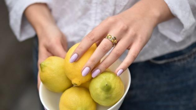 Enamelové šperky uchvacují svým designem už po tisíciletí. Tento materiál ponechává šperkařům volné ruce 'během tvarování i výběru barev. Výsledkem jsou pestrobarevné a originální přívěsky, prsteny i náušnice, které dokonale vystihují svého nositele.