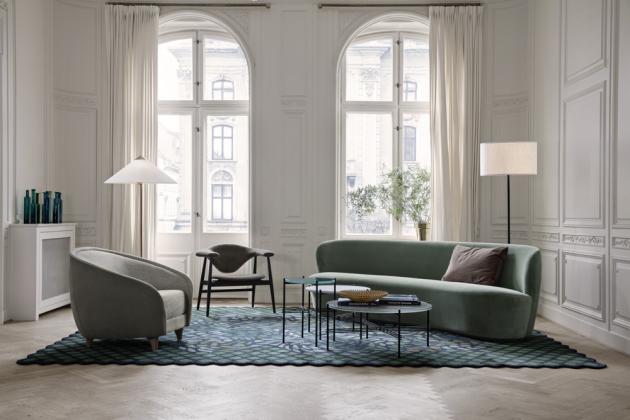 Pohovka Stay, design Space Copenhagen, dřevěné podnoží, polstrování z látky nebo kůže, několik velikostí, cena od 169 095 Kč