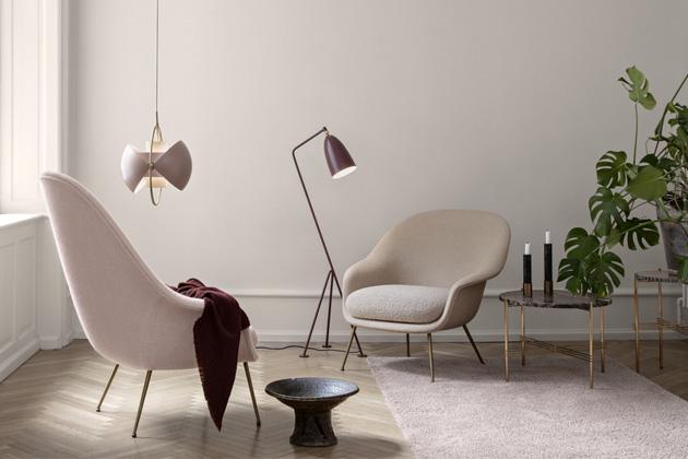 Stojací lampa Gräshoppa, design Greta Magnusson Grossman, materiál: hliník a ocel, několik barevných variant, cena 21 717 Kč