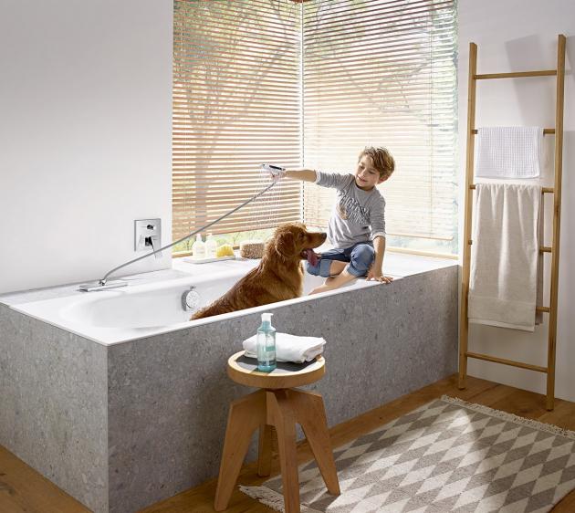 Jednou z novinek společnosti Hansgrohe je sprchový systém sBox. Těleso baterie i s hadicí jsou ukryté pod okrajem vany, odkud se snadno vysune a po použití zase schová, takže vanu zdobí jen designová sprchová koncovka. Rozeta na okraji vany může být podle stylu ostatního vybavení koupelny zaoblená nebo hranatá. Sprchový systém sBox (Hansgrohe), cena systému je 9 940 Kč, WWW.HANSGROHE.CZ