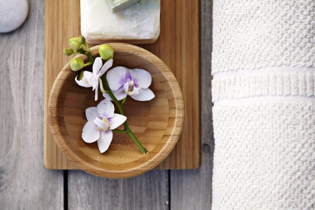 PIKNIK VE VANĚ Servírovací misky Blanda jsou dostupné ve dřevě, kovu i skle a v různých velikostech – všechny můžete stohovat. Ať už strojíte švédský stůl, nebo chcete mlsat třeba při koupeli. Servírovací mísa Blanda matt (IKEA), bambus, 12 cm, cena 149 Kč, WWW.IKEA.CZ