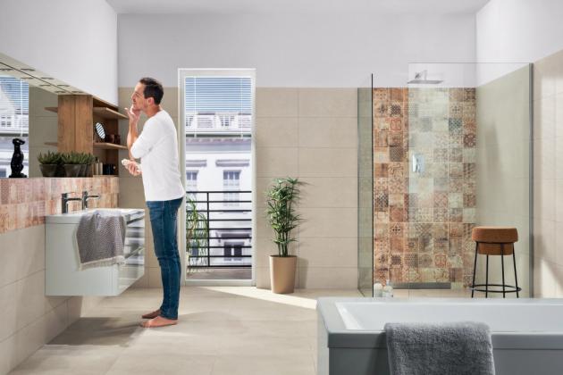 Série Betonico v odstínech šedé a béžové barvy zahrnuje i řadu obkládaček s patchworkovým dekorem ve formátech 30 × 60 a 60 × 60 cm, v nabídce je pět neutrálních odstínů, cena 720 a 890 Kč/m2