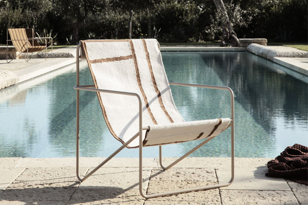 Tento typ židlí je nadčasový, a ačkoli vmnohých znás vyvolává pocit léta avenkovního posezení, právě tomuto modelu Desert Chic (Ferm Living) sluší iinteriérové umístění.