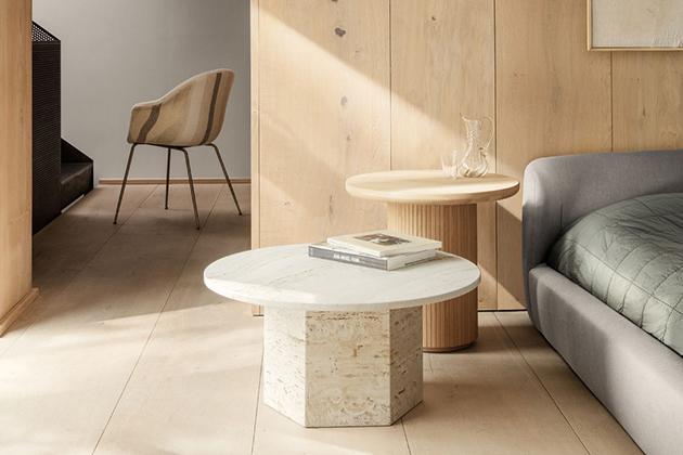 Designéři ze studia GamFratesi se při výrobě jídelního stolu Epic (Gubi) nechali inspirovat starověkou řecko-římskou architekturou. Monolitická forma zhotovená z italského travertinu zdůrazňuje hmotu kamene, jeho přirozenou krásu a žilnatou strukturu. Novinka je v nabídce v provedení červený či bílý travertin. Základna je vysoká 74 cm, odkládací plocha má průměr 130 cm. Cena od 44 315 Kč, WWW.STOCKIST.CZ