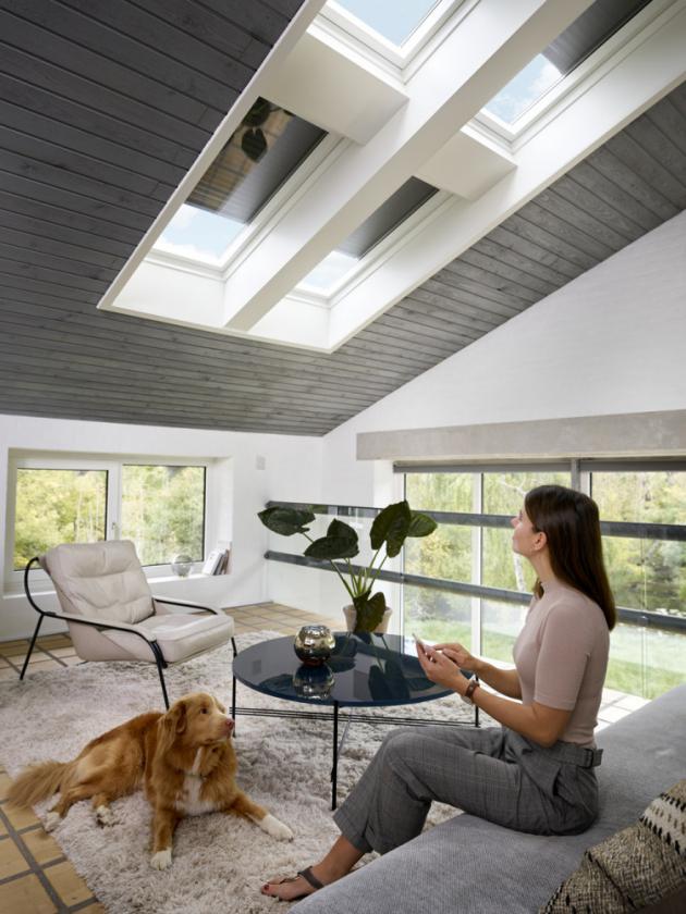 Venkovní rolety VELUX zachytí až 97 % tepla ze slunečního záření a udrží tak v interiéru příjemné klima. Zároveň umí zcela zatemnit místnost pro nerušený spánek kdykoli během dne. Venkovní roleta vám zajistí dokonalé soukromí a v zimě s ní navíc ušetříte za topení. Bezúdržbová hliníková konstrukce s dlouhou životností odolá těm nejnáročnějším povětrnostním podmínkám letních bouřek, sníží hluk deště i krupobití a pomůže ochránit váš domov před vloupáním.