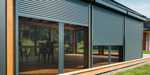 Zatímco vnitřní stínění nabízí především dekorativní funkci v interiéru, technika umístěná před oknem dokáže byt či dům skutečně zastínit, a to včetně kýženého chládku. Když se slunce nedostane přímo k oknu, nemůže ho přehřívat a zvyšovat tak teplotu uvnitř.