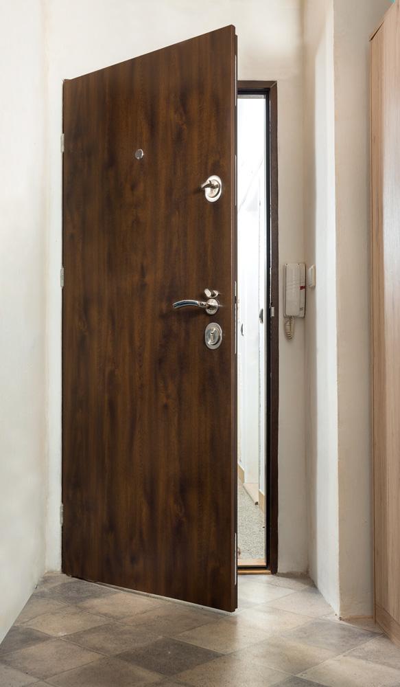 Bílý nábytek se nebojte kombinovat s odstíny šedé. Pokud si potrpíte na přírodní barvy a máte třeba podlahu v dekoru dřeva, pak sáhněte také po přírodních dekorech samotných dveří.