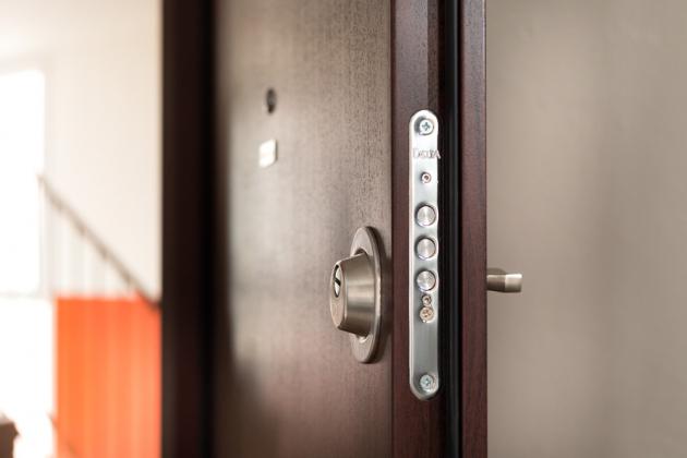 Světlo, optická velikost a rozmístění jednotlivých prvků interiéru výrazně ovlivňuje to, jak se v místnosti cítíte. Proto je při výběru bezpečnostních dveří důležité myslet i na to, že dveře zabírají poměrně velkou plochu, a tak výrazně ovlivňují světlo i tónování místnosti.