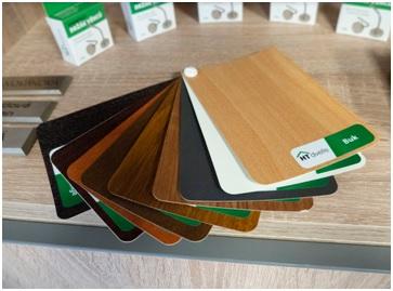 Vybírat můžete hned z několika dekorů, například tmavého antracitu, který je ideální do moderních bytů, nebo klasické bílé barvy či oblíbených odstínů dřeva.