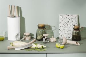 Oblíbená značka Eva Solo představuje novou řadu ekologického kuchyňského náčiní vyrobeného z udržitelného materiálu, ve kterém bylo 50% plastu nahrazeno pšeničnými vlákny.