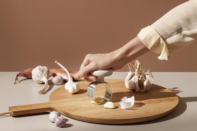 Designéři Claus Jensen a Henrik Holbæk zTools říkají, že stěmito nástroji je mnohem snazší ponechat salámům a zelenině jejich přirozené aroma