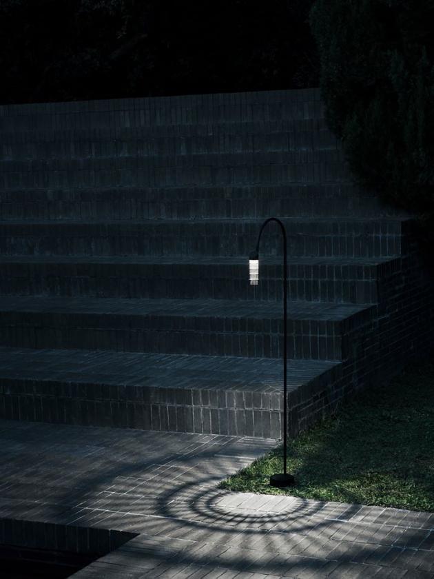 Milovaná Patricia Urquiola opět potěšila! Její kolekce venkovního osvětlení Caule (Flos) vyniká jednoduchou formou, a zároveň silnou identitou. Vychází z elementárního tvarosloví květiny a skrze stínidlo u modelu Nest propouští dostatek jemného světla, čímž vytváří fascinující hru světla a stínu. Už teď je jisté, že tato novinka ve světě designu rychle zapustí kořeny... Svítidla jsou vyrobena z kovu v několika provedeních a rozměrech. Cena na dotaz, WWW.BULB.CZ