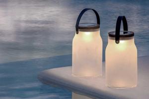 Milk (Ethimo) je přenosná venkovní lampa oslavující nomádský spirit a princip nepřipoutanosti, která zároveň pracuje s myšlenkou dekontextualizace, tvořící základ pop artu... Nicméně pískované sklo, teakové dřevo a kůže dohromady tvoří velmi solidní zdroj náladového osvětlení, čerpajícího energii výhradně ze slunečního záření. Design Emmanuel Gallina, výška 37 cm, Ø 22 cm. Cena 15 105 Kč,  WWW.PUNTODESIGN.CZ