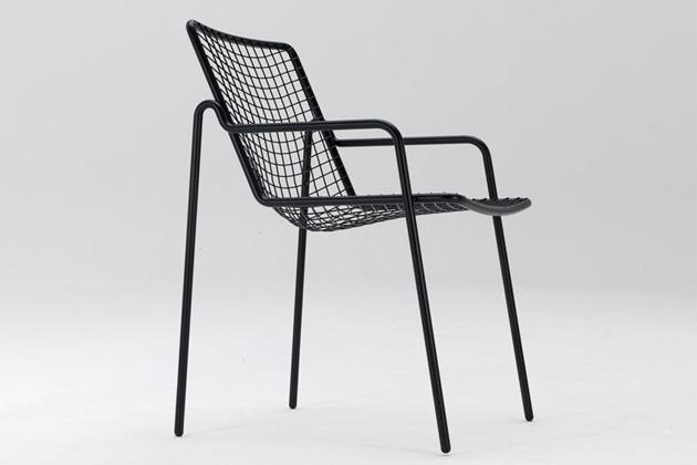 Kolekce venkovního nábytku RIO R50 (Emu) zahrnuje židle, křesla, houpací křesla, stoličky a konferenční stolky. Umožňuje tak vytvořit si venkovní posezení na míru individuálním potřebám a vzhledem ke své subtilní konstrukci opticky nezahltí ani malou terasu. Vysoce kvalitní ocel v podobě trubkového rámu i drátěné výplně je mimořádně odolná a zaručuje vysokou nosnost. Design Cristell & Gargano, rozměry houpacího křesla 67 × 72 × 77 cm, cena 8 220 Kč, WWW.LINO.CZ