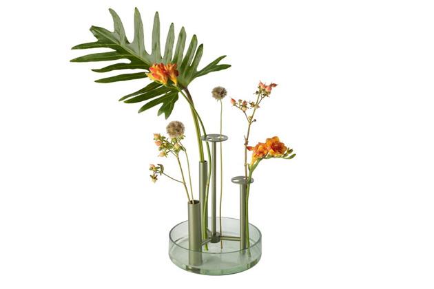 Ikebana, tedy japonské umění aranžování květin tvořící harmonii lineární konstrukce, rytmu a barvy, byla inspirací designérovi Jaime Hayonovi, když tvořil vázu Ikeru (Fritz Hansen). Kovové trubky jsou oporou pro každou jednotlivou květinu, jejíž krásu umožňují obdivovat z mnoha úhlů, zatímco voda ve skleněné misce udržuje všechny květiny stejně svěží. Ikeru je pozvánkou k ocenění půvabů přírody, kterou v daném měřítku dovoluje uspořádat po svém. Cena od 2 778 Kč, WWW.STOCKIST.CZ