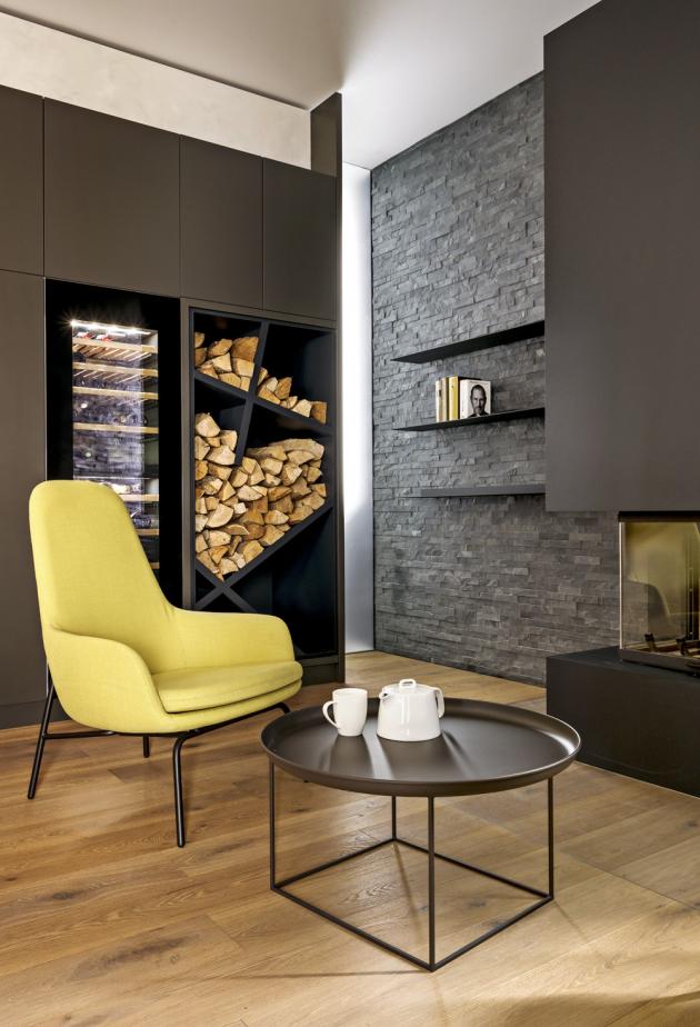 Jediná místnost, která se lehce vymyká barevnému schématu celé realizace je společenský prostor neboli vinárna. Zde se nachází druhá kuchyň pro jednoduchou přípravu pokrmů aje vybavena vinotékou akrbem na tuhá paliva. Zde si architekt Matěj Mlch vyhrál satypickým dřevníkem, který je ve výsledku současně solitérem vprostoru