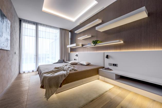Vložnici architekti pracovali pouze snepřímým zdrojem osvětlení, kterým detailně vyšperkovali nábytek vyrobený na míru