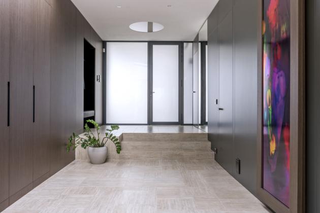 Přímo uvchodu ve vstupní hale architekt Matěj Mlch vytvořil nenápadné úložné aodkládací prostory obložené sklem sdveřmi vlíci. Vzdušnou aprostornou vstupní halu zdobí obrazy vyrobené speciální technologií tiskem fotografií na sklo od fotografa Jiřího Machta