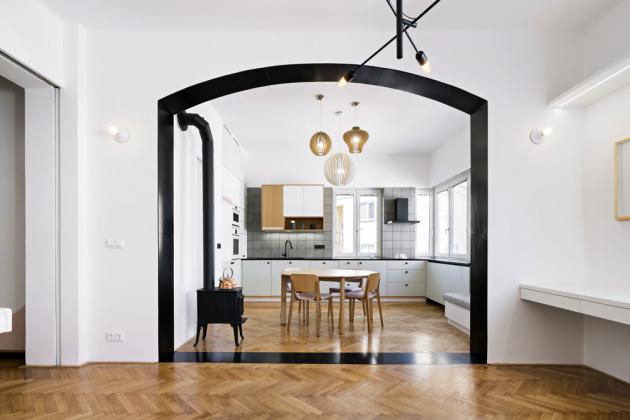 Autoři se rozhodli vyzdvihnout přednosti charakteru nemovitosti anapředchozí holé stropy nechali zhotovit štuky, které vyšperkovali precizně vybranými světelnými solitéry
