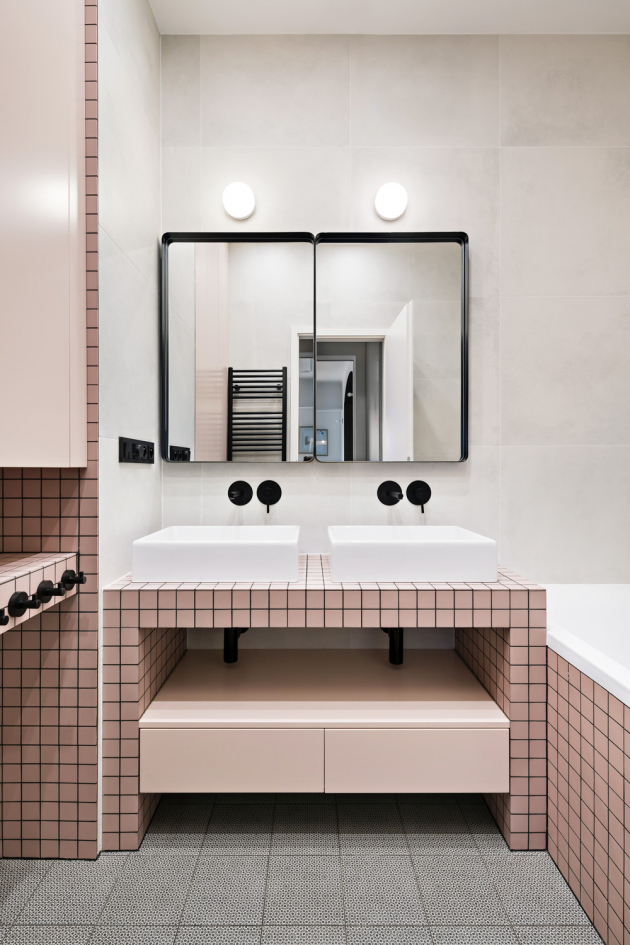 Dispozice bytu nabízí dvě koupelny – soukromou aspolečnou, určenou i pro návštěvy
