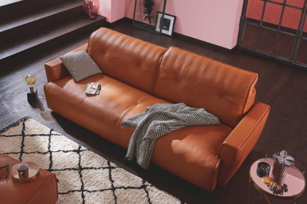 Mít pohovku, do které se zamilujete, je velmi důležité. Není to jen kus nábytku, ale i dominanta v obývacím pokoji. Před vlastní koupí zvažte velikost pohovky, aby nebyla příliš velká nebo malá, ale prostě akorát. Vyberte si něco nadčasového a pohodlného.