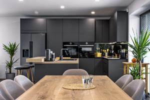 Když během rozsáhlé rekonstrukce rodinného domu hledali majitelé podobu nové kuchyně, byli po několika návštěvách různých prodejců téměř rozhodnuti pro konkrétní sestavu. Pak ale na doporučení přátel vyhledali ještě studio JN Interiér a všechno bylo jinak...