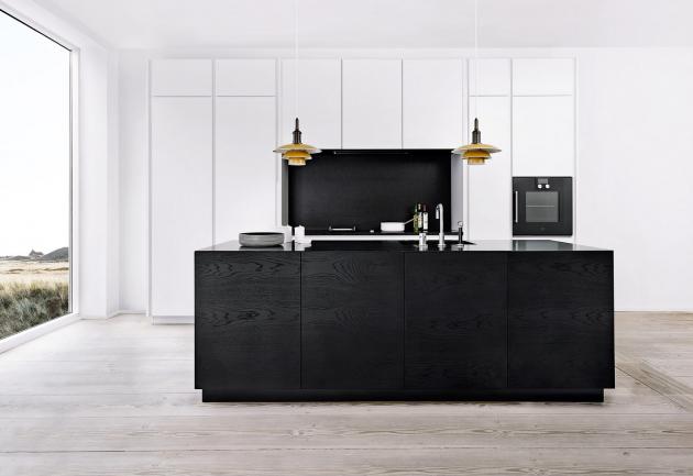 Dánská značka Multiform se zabývá výrobou kuchyní na zakázku s vysokým podílem ruční práce, sestava kombinovaná s načerno mořeným dřevem, WWW.MULTIFORM. DK