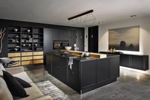 Kuchyňská sestava Torino (Nolte) v provedení matně hedvábný černý lak v kombinaci s prvky z masivního dubu, WWW.NOLTE.COM