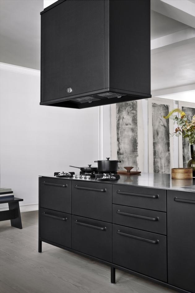 Modulární kuchyňský koncept Vipp Kitchen (Vipp), ostrovní modul včetně odsavače par ve shodném designu, práškovaná ocel, hliníková pracovní plocha, WWW.STOCKIST.CZ