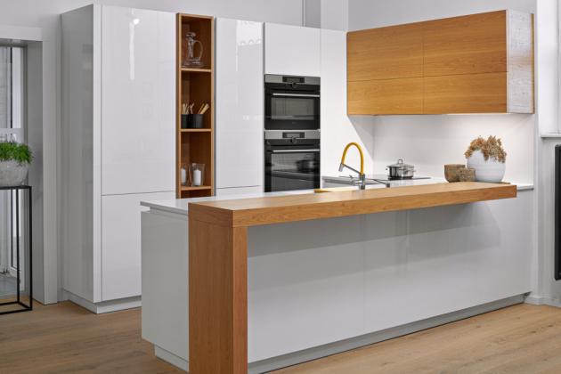 Moderní kuchyň (Hanák nábytek), kombinace bílého laku a dýhy dub, cena na dotaz, WWW.HANAK-NABYTEK.CZ