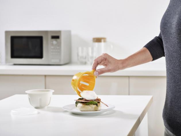 Tvořítko na ztracená vejce M-Poach (Joseph Joseph), 10,1 × 8,5 cm, k použití v mikrovlnné troubě, cena 299 Kč, WWW.NAOKO.CZ