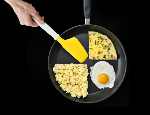 Silikonový nástroj na přípravu a servírování vajec Elevate Egg Spatula (Joseph Joseph), vhodný i na míchání nebo podebírání omelet, odolává teplotám do 270 °C, cena 299 Kč, WWW.NAOKO.CZ