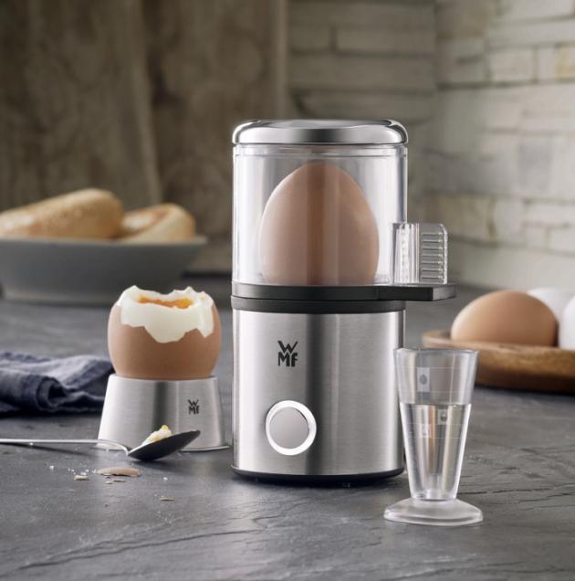 Prostorově úsporný vařič na 1 vejce Kitchenminis (WMF), cena 599 Kč, vařič Stelio (WMF) na 7 vajec, poklop z broušeného materiálu Cromargan, varné misky z oceli, cena 1 599 Kč, WWW.CHEFSHOP.CZ