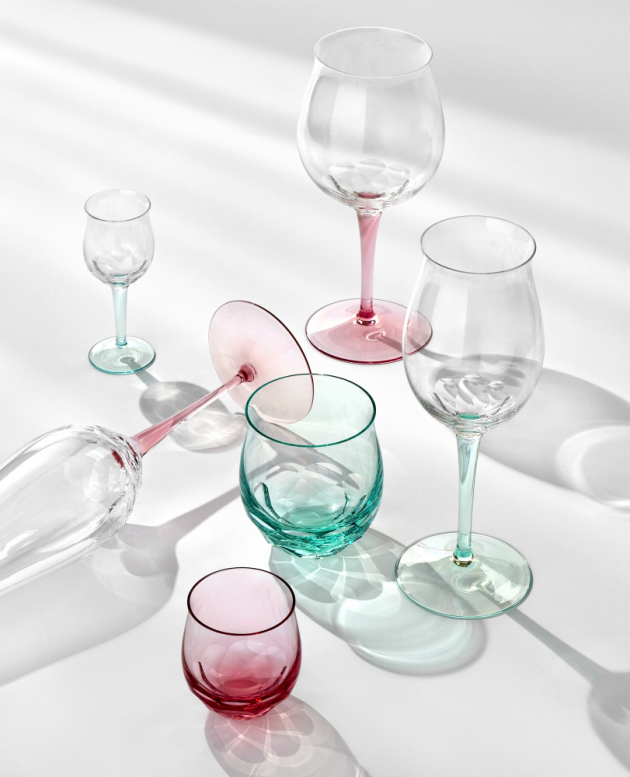 Kolekce Bouquet stojí na vrcholu 160 let zdokonalování a zjemňování sklářských technik v průběhu několika generací. Stejně jako u zralého koňaku či archivního vína je kvalita sklenic z této kolekce patrná hned při prvním kontaktu. Pozornost si získá smyslné zakřivení ve tvaru květu lilie. A komplexitu kolekce odhalíte při pohledu na zářivý geometrický brus vespod každé číše. Toto mistrovské dílo je ztělesněním alchymie skla, přináší hluboké kouzlo okamžiku a potěšení, obzvlášť je-li spojeno s podobně vytříbeným nápojem.