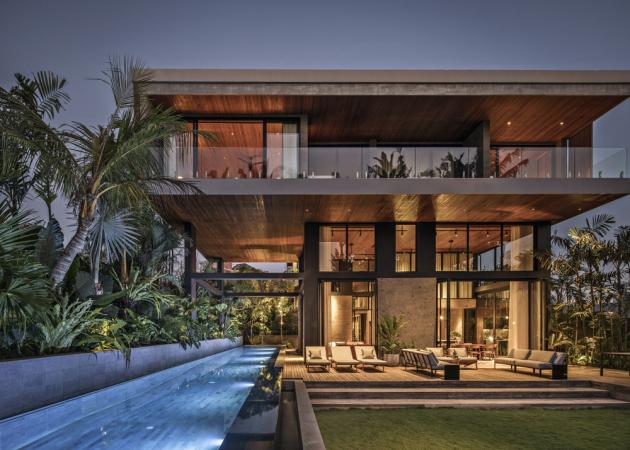 Atypické rozložení hmoty umocňuje vzdušný dojem stavby, charakteristický pro celou realizaci