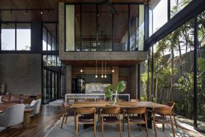 Exteriér vstupuje do interiéru prostřednictvím rozměrných oken a posuvných dveří, které zůstávají po celý rok téměř neustále otevřené