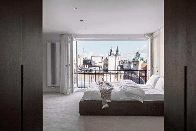 Klidný odpočinek garantuje ložnice s malebným výhledem a pohodlné lůžko Tufty (BB Italia)