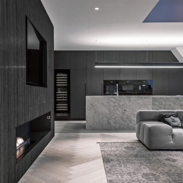 Podle návrhu Ivanky Kowalski byl vyroben veškerý nábytek v kuchyni včetně knihoven a skříní a mnoho dalšího nábytku v ostatních místnostech