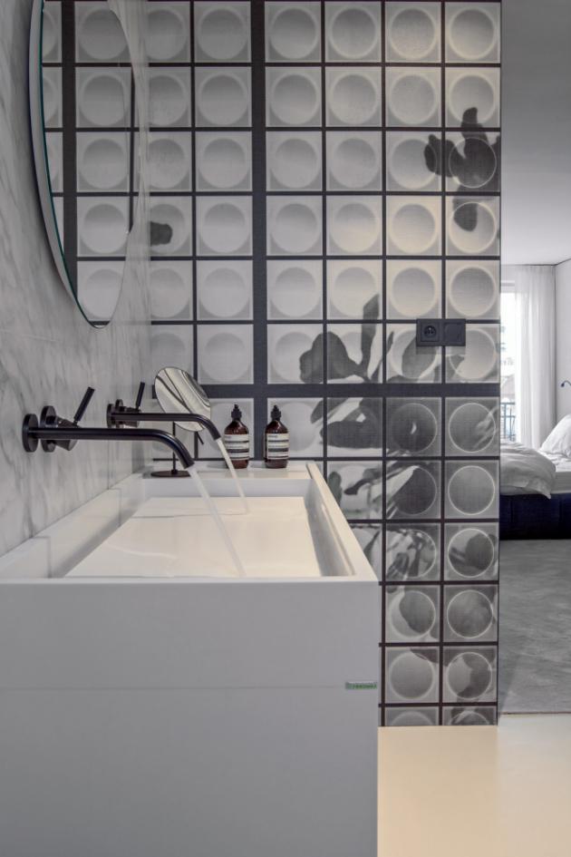Tapety (Wall Deco) použité v koupelnách vytvářejí iluzi většího prostoru. Na míru a podle návrhu designérky Ivanky Kowalski jsou vytvořeny vana i umyvadla z corianu, stejně jako skříňka pod umyvadlo Agape