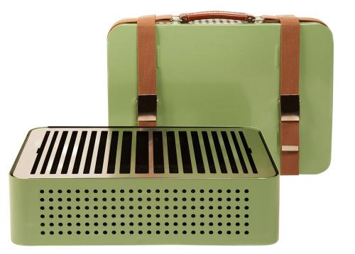 Přenosný gril Mon Oncle (RS Barcelona), design Mermelada Estudio, nerezavějící ocel a kožené popruhy, 32 × 44 × 12 cm, cena 10 435 Kč, WWW. MANOMANO. FR