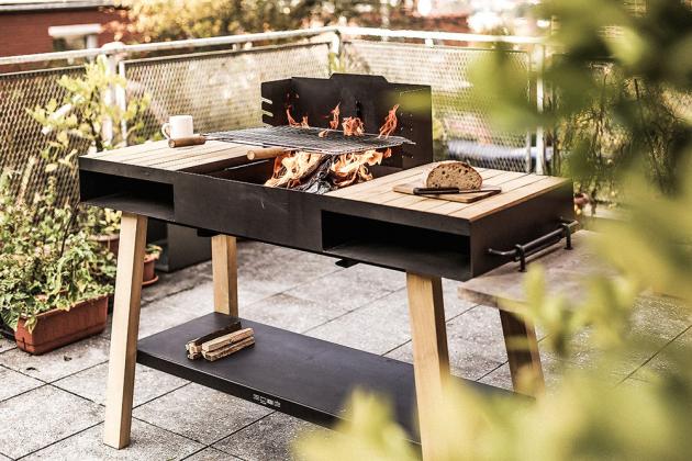 Gril GRL104 z kolekce Back to fire (Egoé), design Atelier Pelcl, ocel je povrchově dokončena žáruvzdornou barvou, rošt z nerezu a konstrukce z akátového dřeva, 152 × 115 × 50 cm, cena na dotaz, WWW. EGOE-LIFE. EU