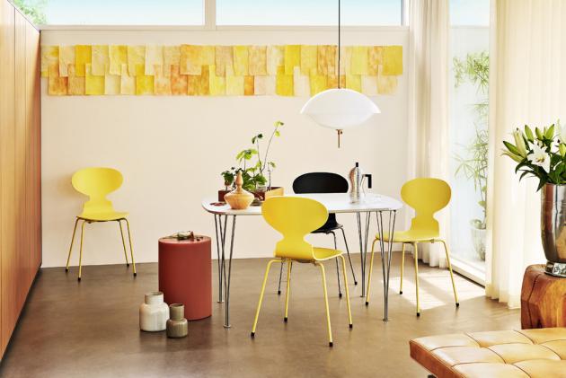 Ant (Fritz Hansen), design Arne Jacobsen, barvená jasanová dýha, lakované podnoží z oceli, cena od 7 725 Kč, WWW.STOCKIST.CZ
